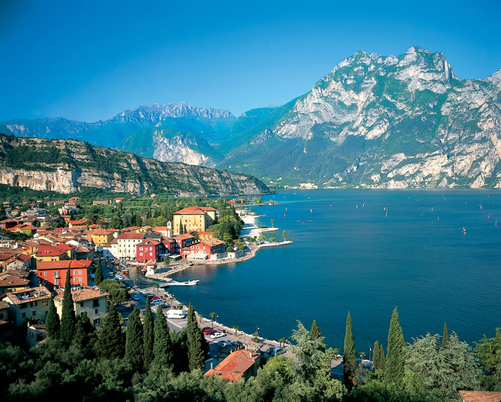 Top world travel destinations world 39 s most beautiful lakes for Best vacation spots in france