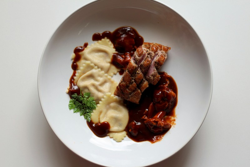 Glasierte Barbarie-Entenbrust, Ravioli gefüllt mit frischen Feigen und Ziegenkäse, Pfifferlinge in Entensauce mit Wild-demi glace | Arthurs Tochter Kocht by Astrid Paul