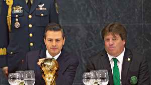 El presidente de México, Enrique Peña Nieto con el director técnico de la Selección Mexicana de futbol, Miguel Herrera, durante una cena de la presidencia en la Residencia oficial de Los Pinos 2014 | Ximinia