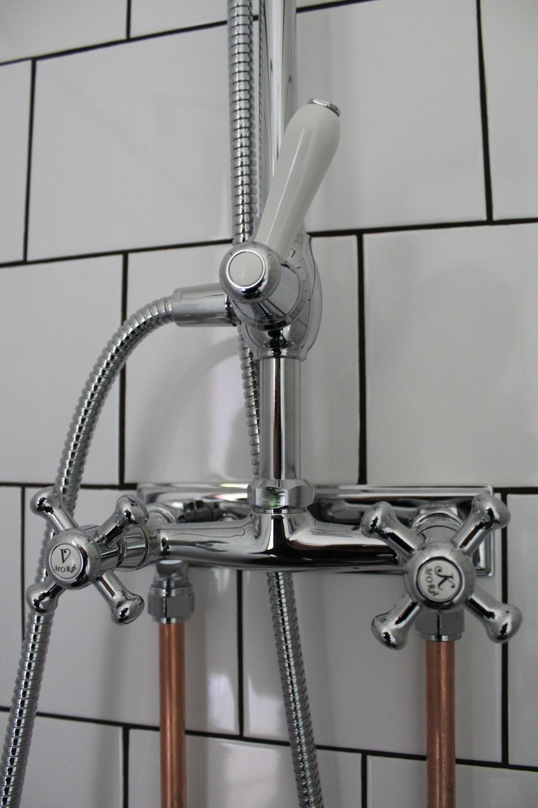 På Östergården : duschset i retro stil och kopparrör