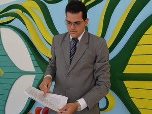 Advogado recebe a decisão da juiza e comemora (Foto: Flávio Antunes)