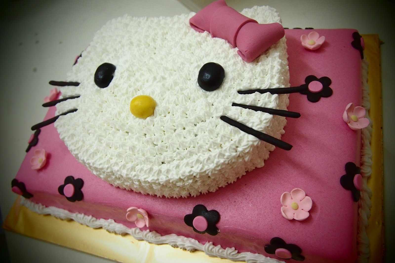 AniesBakeHouse: Hello Kitty Theme cake