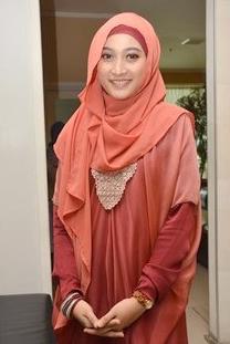 Model Busana Muslim Artis Meyda Sefira