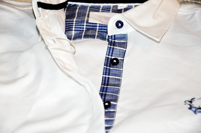белая рубашка с синими нашивками
