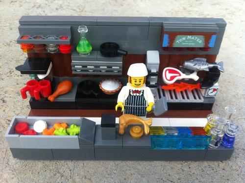 Lego. Imagen de un cocinero en la cocina preparando un pescado