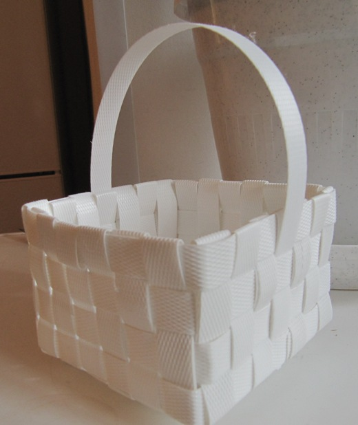 Корзинка из пластиковых лент