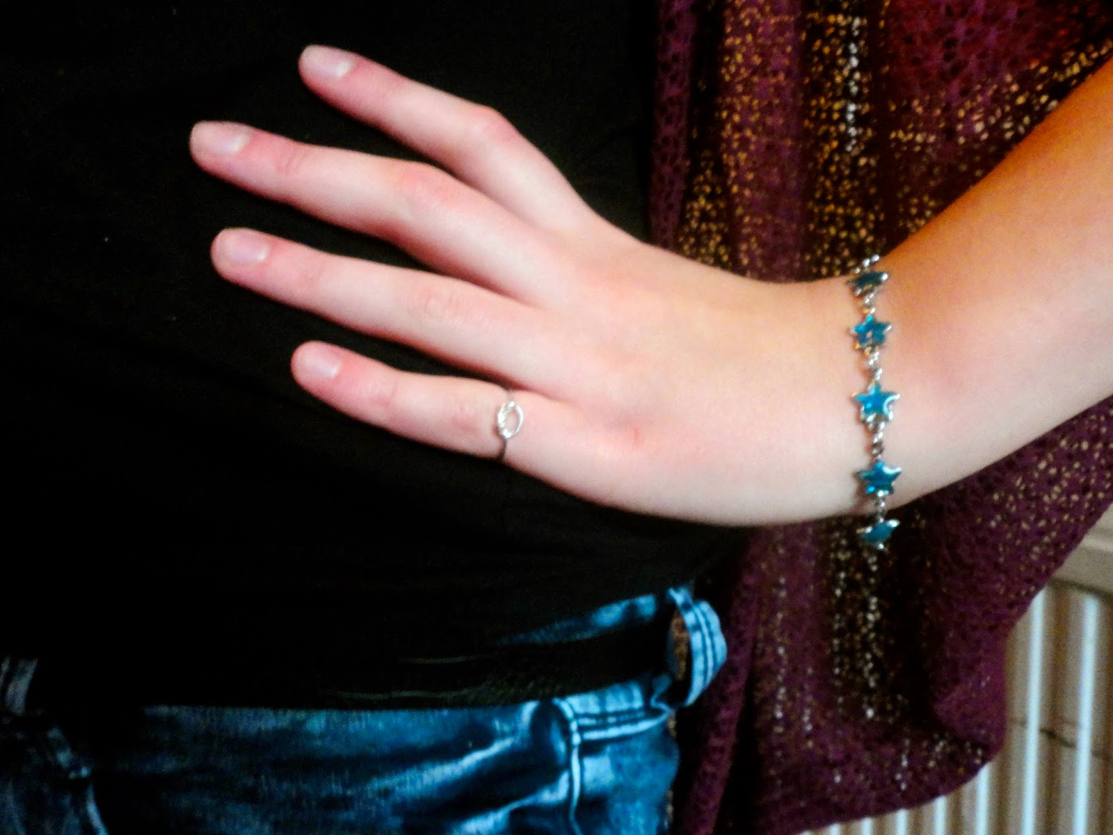 Outfit jewellery details of blue starfish bracelet and silver knot ring