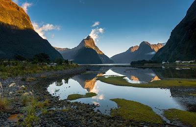 Paisaje de montañas y lagos
