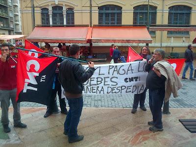 trabajadores,trabajadoras,1 de Mayo,obrero,lucha obrera,revolución,CNT FAI,  Juventudes libertarias,juventudes anarquistas, Anarquismo,Anarquistas,Anarquista,anarquía,anarcosindicato, anarcosindicalismo,CNT AIT,CNT ,AIT ,comunismo libertario,socialita acrata,La presión de CNT AIT consigue que Telecyl-Telecable pague el finiquito a una compañera de Mieres Un momento de la concentración frente al UMAC, en Mieres La concentración de los compañeros del SOV de Oviedo esta mañana en Mieres, frente a la UMAC, fue decisiva para que la empresa agilizara el pago y concretara la cantidad exacta que reclamaba nuestra compañera Estela, de Mieres, en el conflicto que mantenía con Telecyl-Telecable. Esta empresa despidió a Estela mientras estaba de baja y se negó a reconocerle el finiquito. Un grupo de compañeros y compañeras del sindicato, con pancartas, banderas y petardos hizo presión ante la actitud ambigua de la empresa. Una vez más demostramos que si nos tocan a uno tocan a todos.