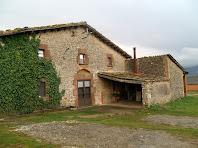 La façana principal del Mas Font de l'Òbi