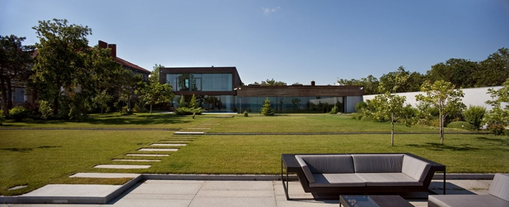 Large backyard of Contemporary house in Ukraine by Drozdov & Partners