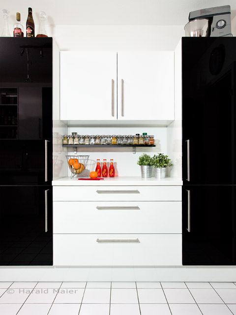 Eine ganz besondere Küche einer sehr kreativen Kundin - Küchenfronten in Hochglanz schwarz und weiss