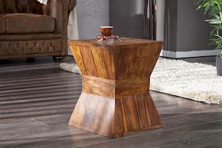 luxusny masivny nabytok, maly stolik z masivneho dreva v naturalnom prevedeni