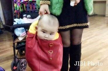 Woooww! Ibu Ini Bawa Bayinya dengan Tas Jinjing