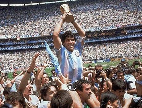 Diego Maradona com a taça da copa do mundo 1986