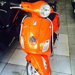 Cửa hàng đang bán xe Piaggio LX 150i đời 2012 màu cam.