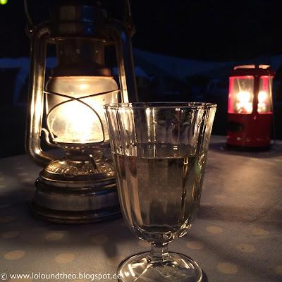 Petroleumlampe / Wein / Weinglas / Camping / Abend / Licht