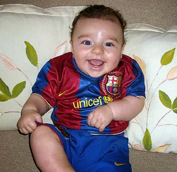 Foto bayi lucu pakai seragam sepak bola barcelona terbaru