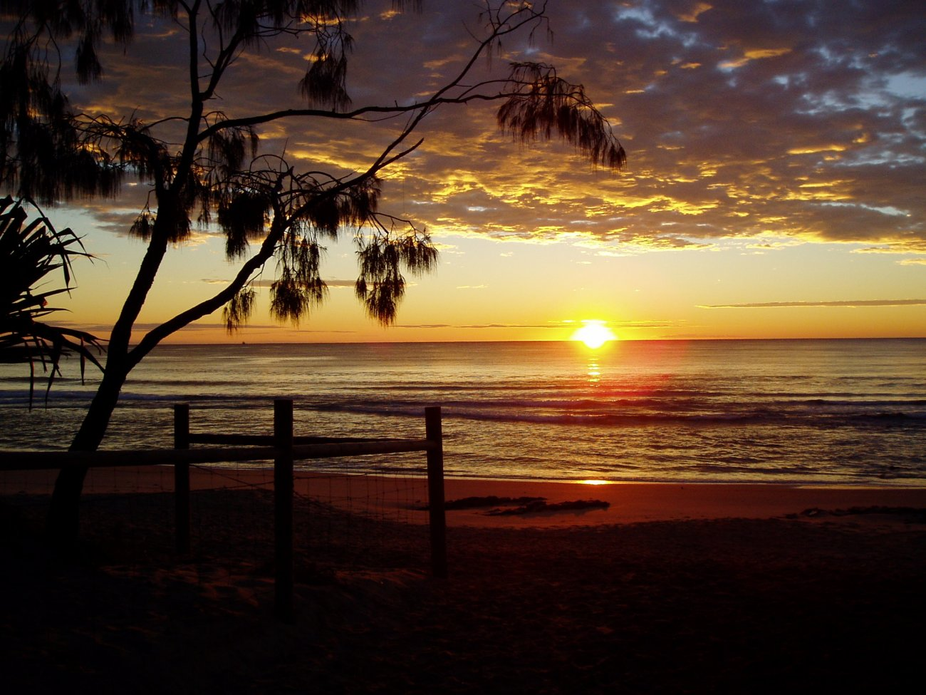http://4.bp.blogspot.com/-Qque_z6BK-4/T_djtKXpUhI/AAAAAAAAAm8/Im04KsWnVek/s1600/sunrise_sunshine_coast_australia.jpg