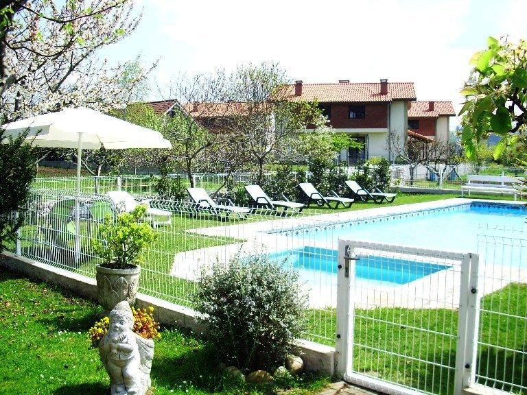 Avemar casa rural con piscina en santillana del mar for Casas rurales con piscina en alquiler