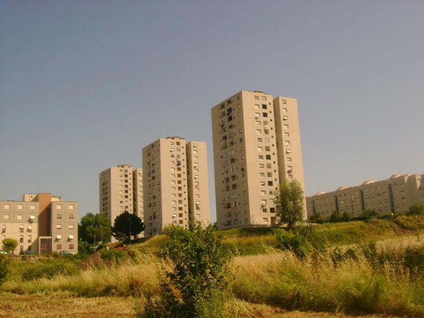 ROMA VIOLENTA: CLANDESTINI ARABI GLI OCCUPANO CASA E TENTANO DI UCCIDERLO..