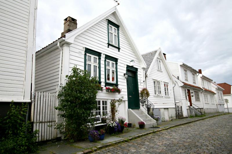 Casas escandinavas de madera blanca stavanger noruega for Casas en noruega