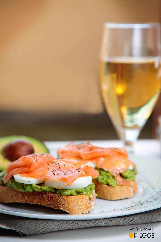 tostas guacamole salmon