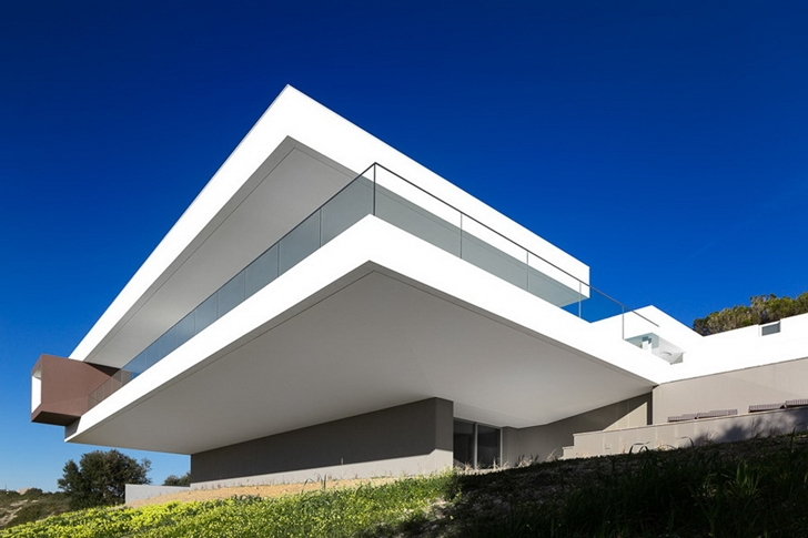 Modern Villa Escarpa by Mario Martins from down the hill