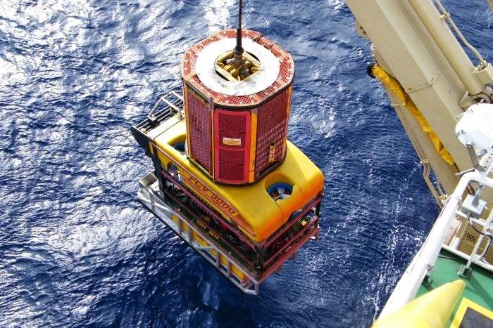 Lançamento de um Veículo Operado Remotamente (ROV, na sigla em inglês) do deck de um navio. Estes ROVs são utilizados para exploração e amostragem. Cortesia: Nautilus Minerals