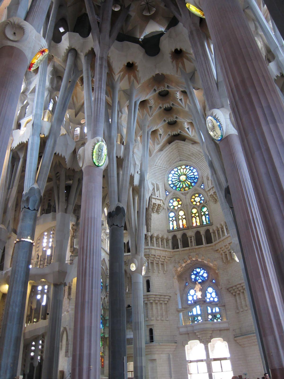 Lisa elsewhere sagrada familia interior - Sagrada familia interieur ...
