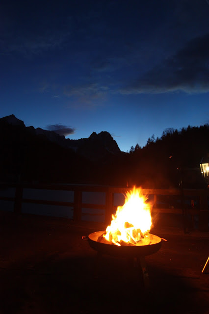 Abenddämmerung, Feuerschale auf der Seeterrasse, Riessersee Hotel Resort Garmisch
