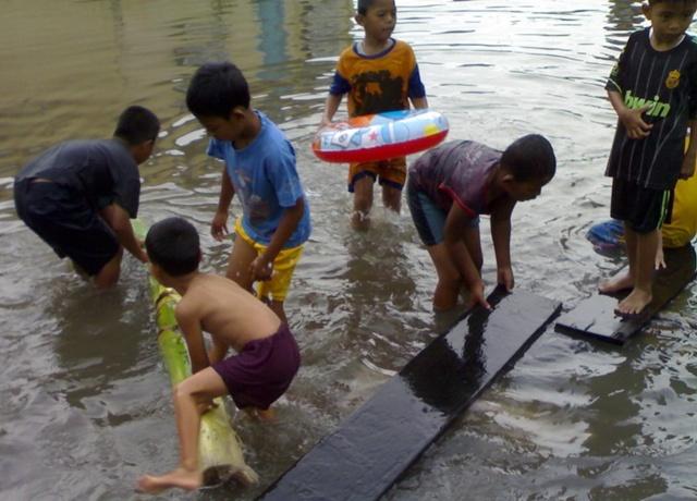 bermain di saat banjir