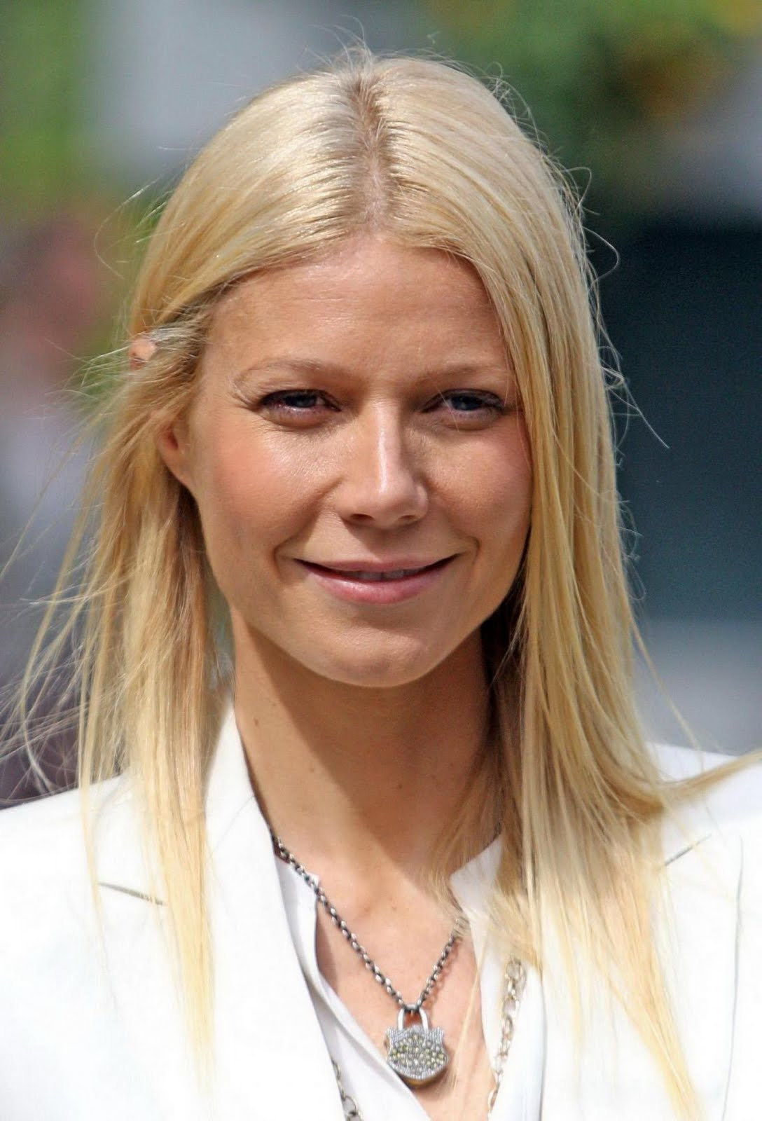 http://4.bp.blogspot.com/-QtYnl70zf7Y/Te1dZykS9ZI/AAAAAAAAKkM/6po57ZtfF-o/s1600/US+actress+Gwyneth+Paltrow+poses+for+a+photograph+at+the+Chelsea+Flower+Show+in+London%252C+on+May+23%252C+2011.+%25282%2529.jpg