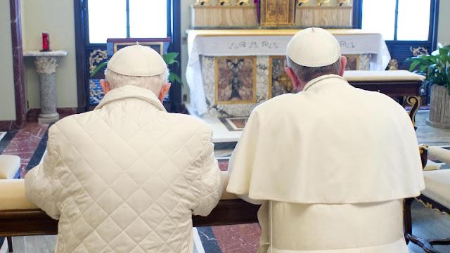 Os dois papas Francisco e Bento XVI