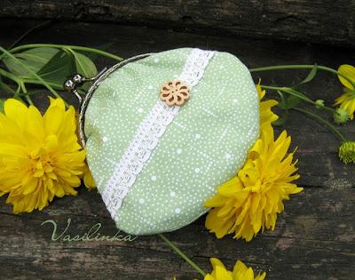 Стильная косметичка, это необходимая вещица в сумочке у каждой женщины.  Уплотнена бязью, фермуар пришит ниточками...