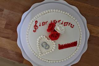 Vue de dessus du #wedding cake; #pâte à sucre; #mes créations récréations; musique, peigne, roses en pâte à sucre, décor 3D, perles