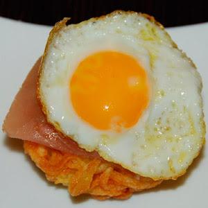 Cocina con Aníbal Huevo de codorniz frito sobre jamón serrano y nido de patatas