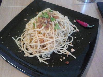 pasta con acciughe, aglio olio e peperoncino e pane grattuggiato