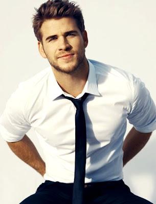 Liam Hemsworth con camisa y corbata