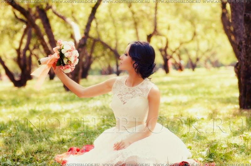 Красивая невеста в саду