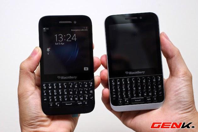 Algunos dispositivos están pronto a ser lanzados. Hace un tiempo atrás vimos un set de fotos filtrados por BGR. Una vez más, estamos viendo unas imágenes del BlackBerry Kopi tomada con una cámara fotográfica HD con el objetivo de captar los mas mínimos detalles de este dispositivo.Esta vez el Kopi se muestra al lado de su hermano mayor el Q5, que fue el primer dispositivo de gama baja lanzado y el tercer dispositivo con BlackBerry OS 10 luego del Z10 y Q10. El Kopi es impresionante, una fusión simple que se parece mucho a los bits mezclados de la Z10