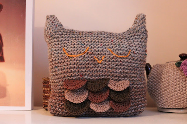 Free Cushion Cover Knitting Patterns : KnittingPony: Sleepy Owl Cushion (Free Knitting Pattern)