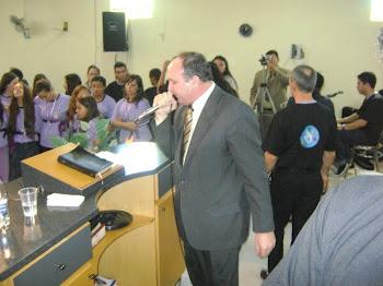 Pr. Alvaro Braun ministrando a palavra de Deus em um Congresso da Mocidade/Barra do Ribeiro/RS