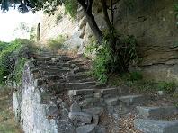 L'escala de pedra que ens permet accedir al portal d'entrada