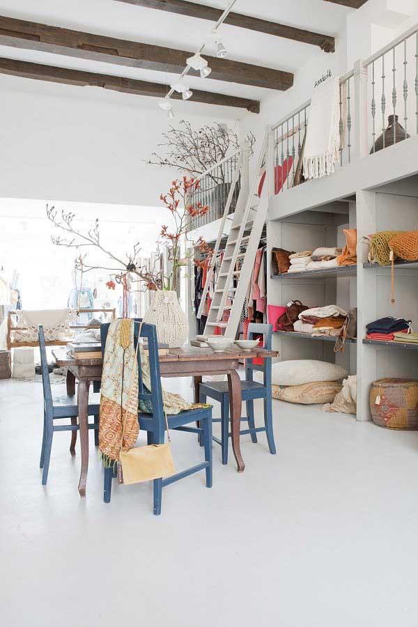 mesa de madera sillas azules interior tienda