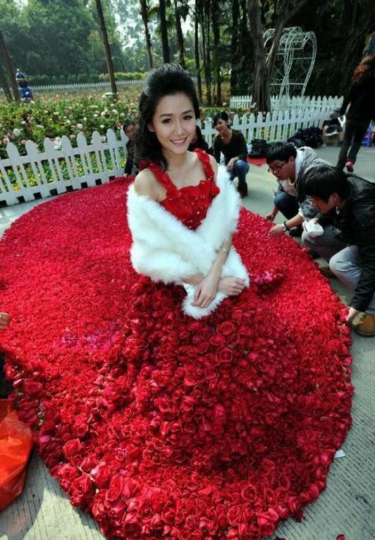 con 9.999 rosas rojas donde varios modistas trabajaron sin cesar para crear esta prenda que tiene delicados tirantes de pétalos de rosas y una cola de