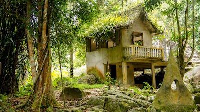 Casas abandonadas muy cerca de las montañas
