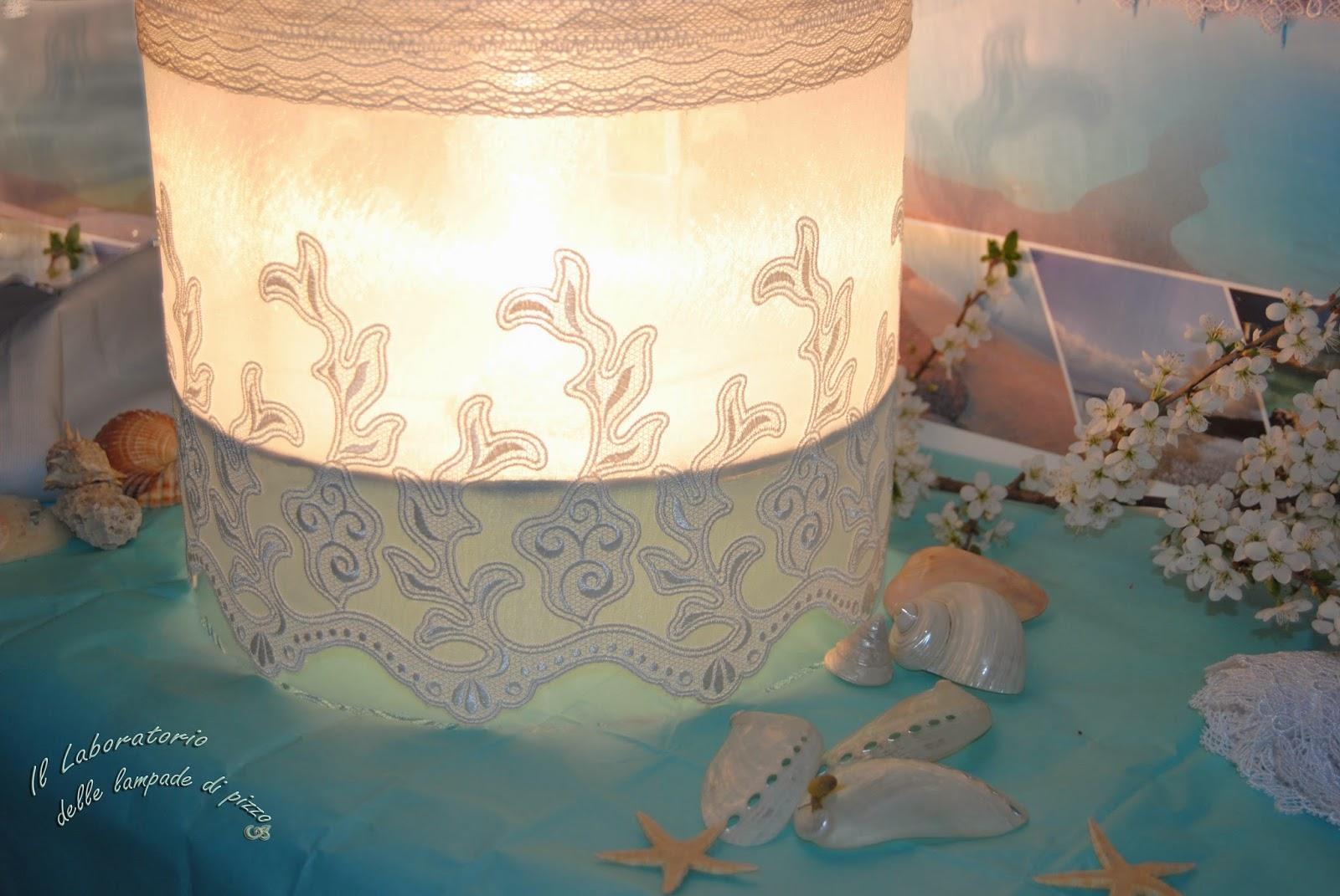 Il laboratorio delle lampade di pizzo: luci tra cielo e mare...