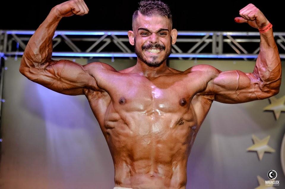Arthur Soares mostra o físico musculoso em campeonato. Foto: Marcelo Magalhães