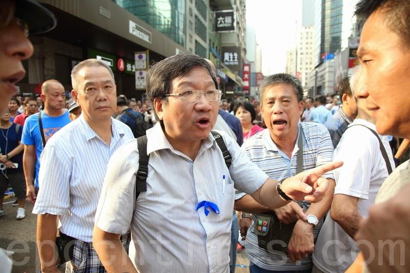"""(上图)亲共组织""""爱港之声""""主席高达斌在场指挥""""反占中""""人士。(潘在殊/大纪元)"""